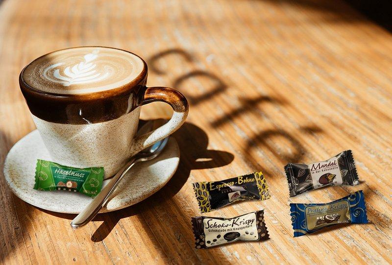 Lieblinge an der Tasse als Tassenbeigabe von Hellma: Haselnuss in Vollmilchschokolade