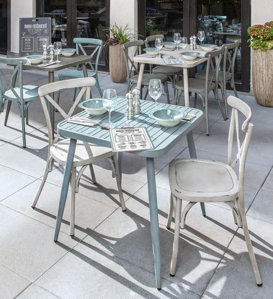 Durch sein schönes Retro-Design macht die Möbel-Serie ATELIO Terrassen und Gasträume zur stylischen Bühne. (Bildrechte/Urheber: Vega)