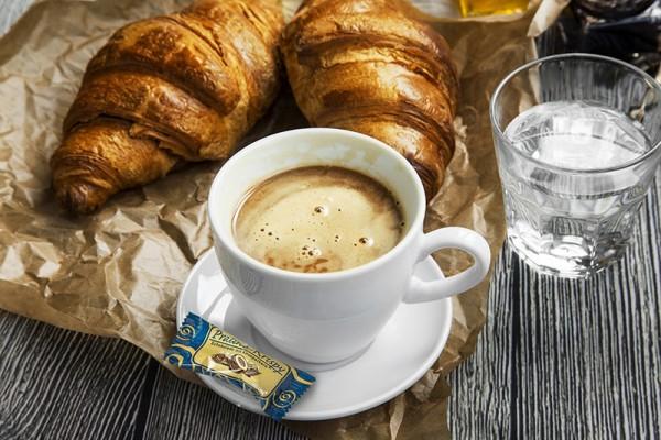 Das Praliné-Krispy überzeugt durch einen knusprigen Cerealien-Kern, umhüllt von weißer Schokolade und überzogen mit kakaobestäubter, dunkler Schokolade. (Bildrechte/Urheber: Hellma)