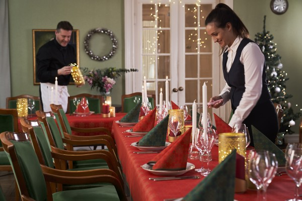 Weihnachtsdeko klassich in Rot und Grün, kombiniert mit echten Stearinkerzen und  Duni BLISS LED-Leuchtern (Bildrechte/Urheber: Duni)