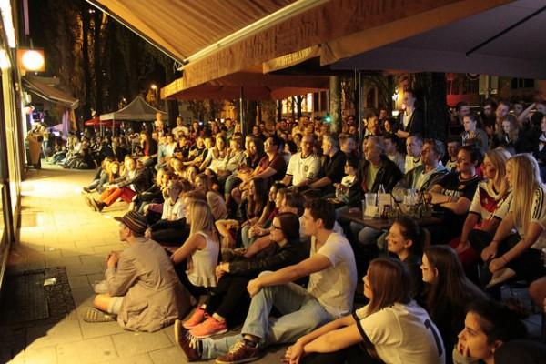 """""""Public Viewing auf der Leopoldstraße""""  (Bildrechte/Urheber: Casey Hugelfink. Lizenz: CC BY-SA 2.0)"""