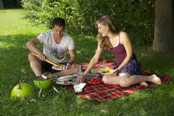 Leckere Snacks und erfrischende Getränke gehören zu einem Picknick einfach dazu. Wer nicht zu schwer tragen möchten, für den ist Einmalgeschirr von Papstar die leichte und umweltfreundliche Alternative. Lebensmittelecht, leicht und trotzdem robust sind di