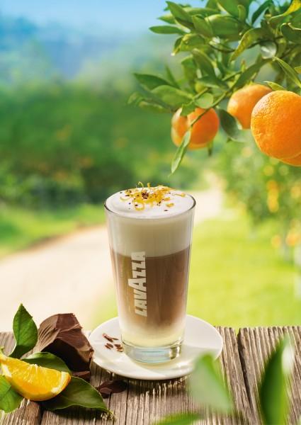"""Bei Lavazzas """"Latte Macchiato all' Arancia"""" trifft köstlicher Espresso auf aufgeschäumte Milch, Orange und feinherbe Schokolade. (Bildrechte/Urheber: Lavazza)"""