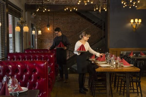 Im kühlen Herbst sorgen kräftige Farben und natürliche Materialien für Gemütlichkeit. Servietten in den Saisontrendfarben Bordeaux oder Braun lassen den Tisch besonders am Abend eine einladende Wärme ausstrahlen. (Bildrechte/Urheber: Tork)