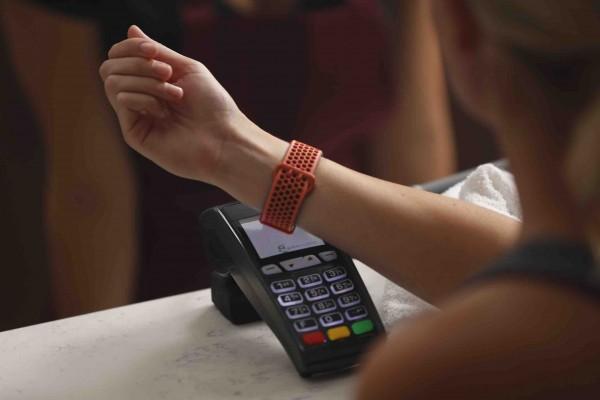 Kontaktloses Bezahlen mit Fitbit PayTM (Bildrechte/Urheber: Visa Inc.)