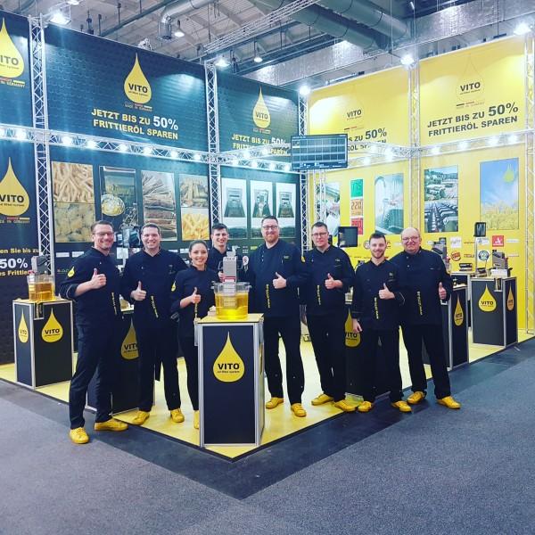 GF Andreas Schmidt (ganz links) mit seinem Messeteam an ihrem VITO-Stand auf der Internorga in Hamburg (Bildrechte/Urheber: vito.ag)